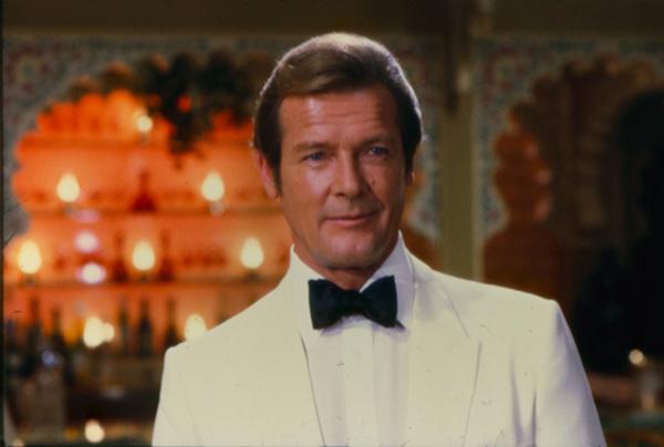 Roger Moore avec un costume blanc smoking