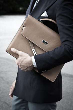 Tendance homme - Le sac à main - The Men Times par Faubourg Saint Sulpice - Sac Hermès